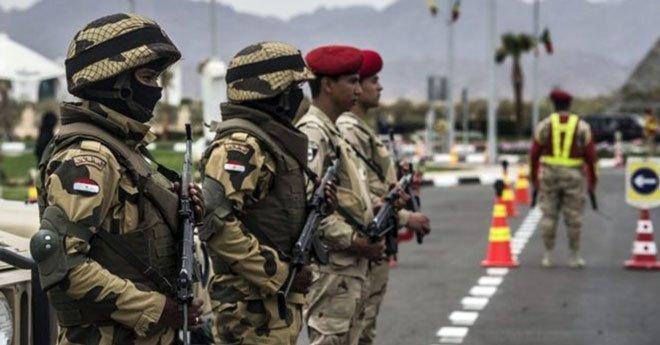 الجيش المصري يدمر عشر سيارات محملة بالأسلحة حاولت عبور الحدود المصرية من ليبيا