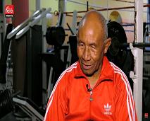 """حكاية الملاكم """"أبو اللوز"""" الذي رفض التقاعد الرياضي رغم وصوله إلى عقده الثامن"""