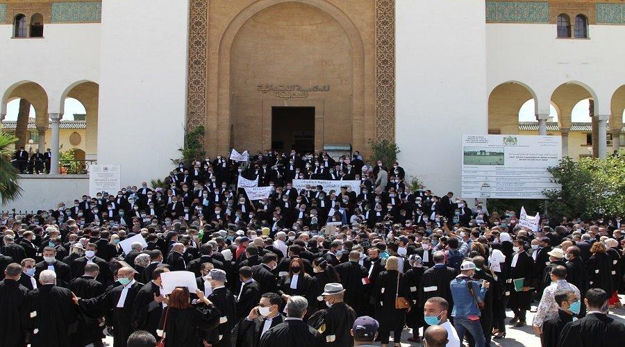 وقفة حاشدة لمحامين أمام ابتدائية البيضاء احتجاجًا على إفراغ السلطات لمكتب زميل لهم