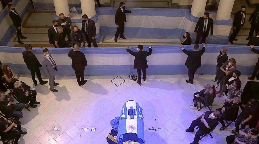 جثمان الأسطورة مارادونا يصل إلى القصر الرئاسي لإلقاء النظرة الأخيرة