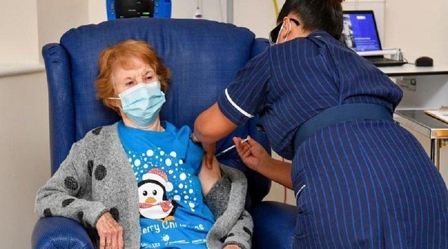 بريطانية عمرها 90 سنة تتلقى أول جرعة من لقاح كورونا