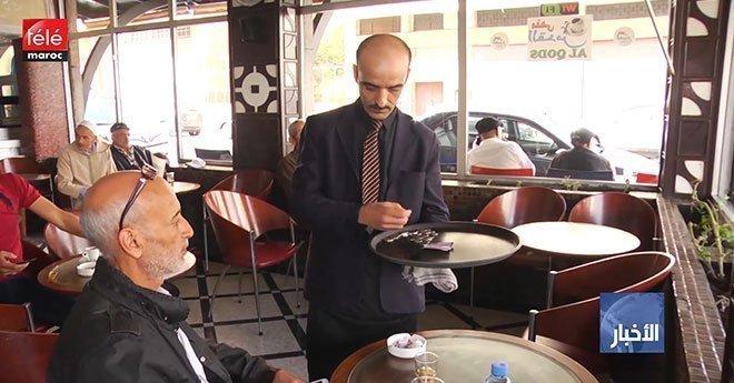"""فيديو..نادلو المقاهي و المطاعم ينتفضون ضد """"الحكرة"""" و يطالبون بحقوقهم"""