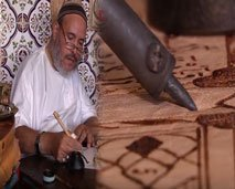 """غريب.. شخص مقعد يكتب القرآن الكريم على الجلد ب""""الكواية"""""""