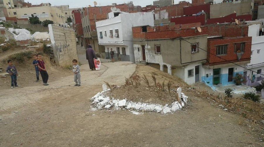 انتابهم الذعر.. سكان يستفيقون على قبر قبالة منازلهم بطنجة