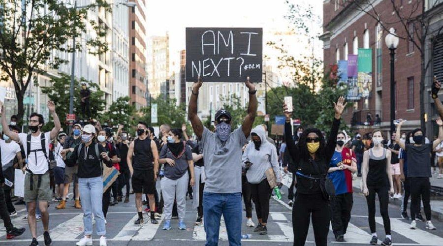 الصين تقطر الشمع على واشنطن : وفاة جورج فلويد تعكس شدة التمييز العنصري بأمريكا