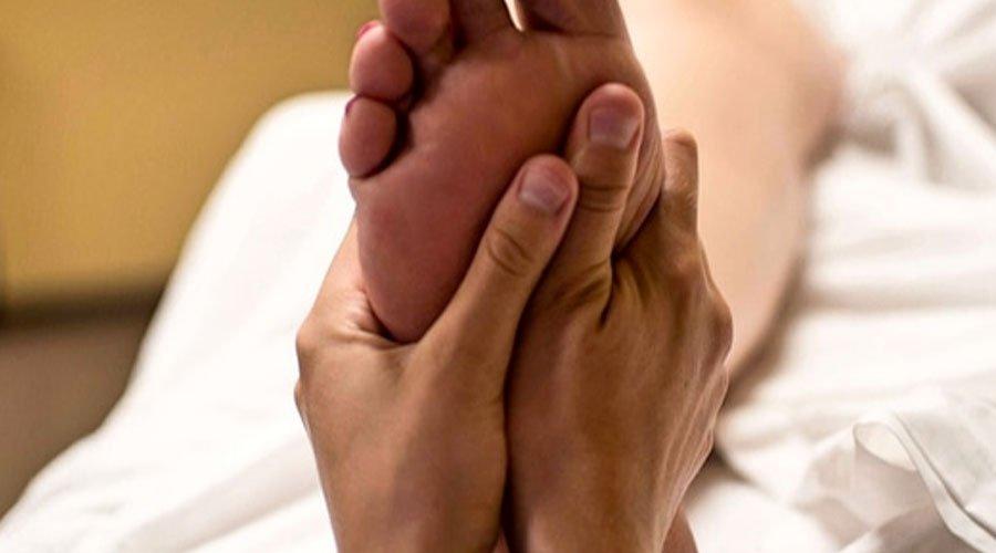 تدليك القدمين يساعدك على التخلّص من آلام المفاصل