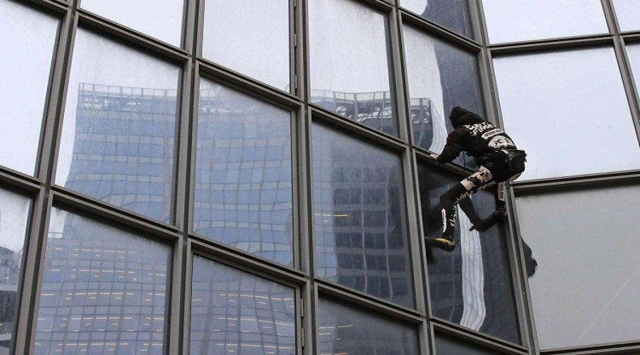 عنكبوت آدمي يتسلق ناطحة سحاب في باريس تضامنا مع المحتجين (فيديو)