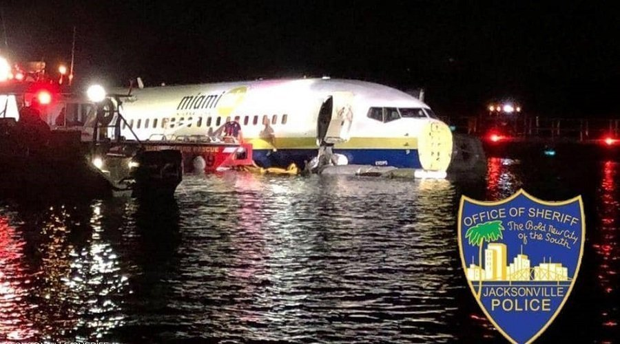 """طائرة """"بوينغ"""" تهبط فوق نهر ونجاة 143 شخصا بأعجوبة"""