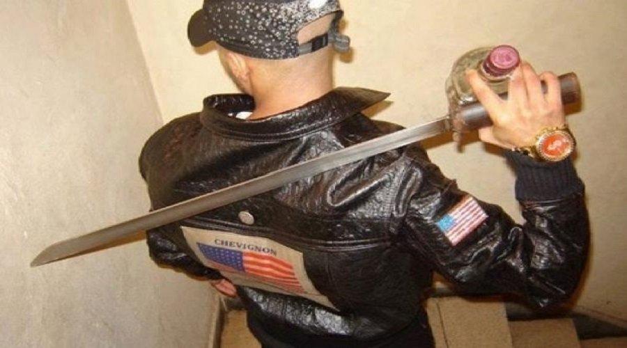 توقيف شخص ظهر في صور وهو يحمل أسلحة بيضاء