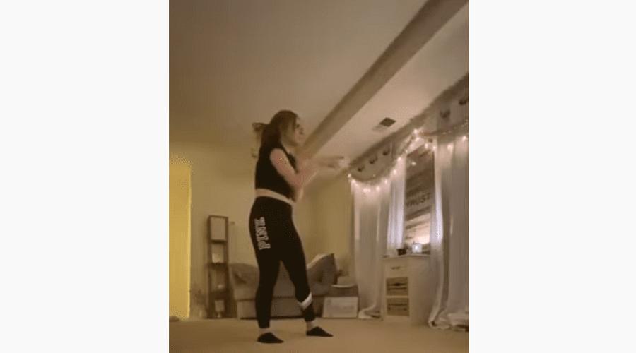 بالفيديو: شخص يقتحم منزل فتاة خلال تصويرها فيديو على تيك توك
