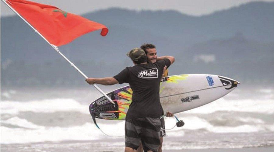راكب أمواج مغربي يخلق المفاجأة ويتأهل للألعاب الأولمبية بطوكيو