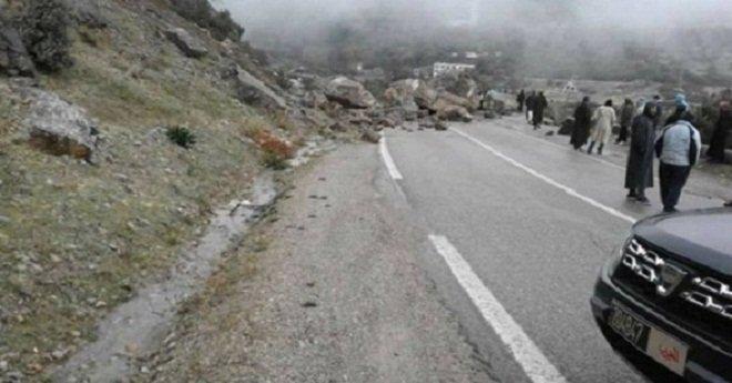انهيار صخري يتسبب بانقطاع الطريق بين تطوان والحسيمة