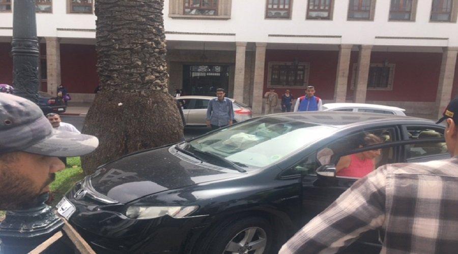 سيارة مجنونة تخترق ممر الراجلين بشارع محمد الخامس قبل اصطدامها بنخلة أمام البرلمان