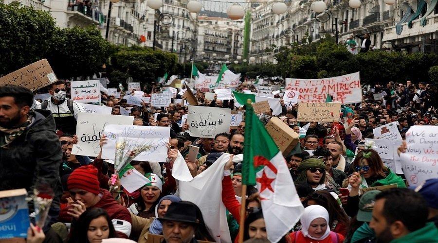 الجزائريون يطالبون برحيل الرئيس المؤقت والجيش يحذر من زرع الفتنة
