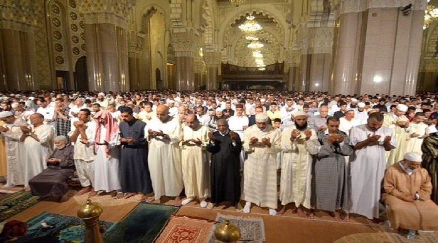 ناشط حقوقي يطالب حكومة العثماني بفرض الضريبة على الصلاة
