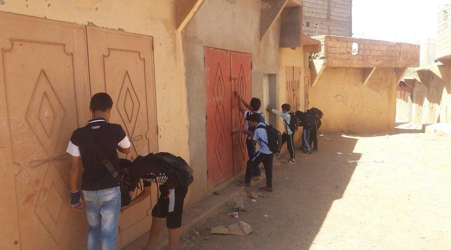 """بالصور.. عشرات التلاميذ يقطنون داخل """"كراجات"""" لمتابعة الدراسة بتارودانت"""