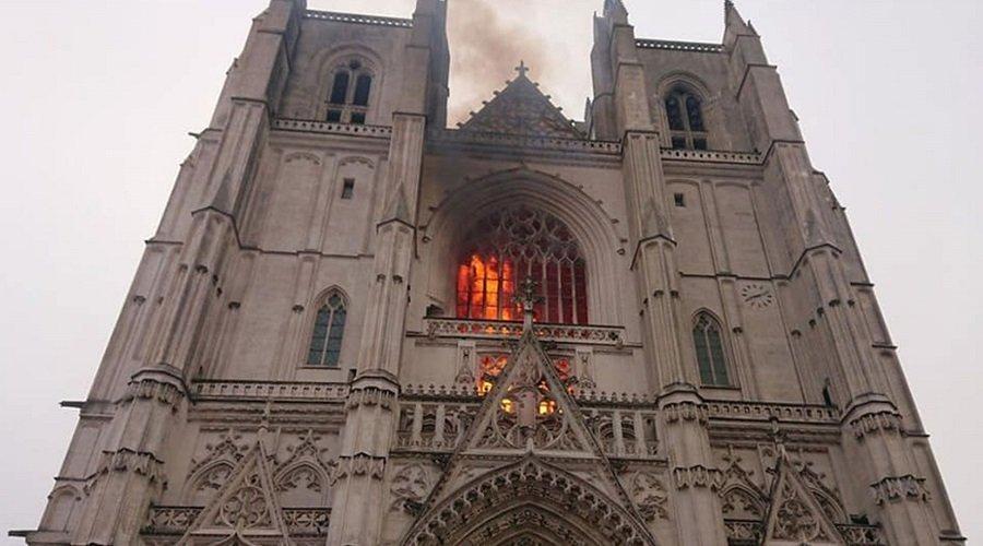 متطوع في الكنيسة يعترف بإضرام النار في كاتدرائية نانت بفرنسا