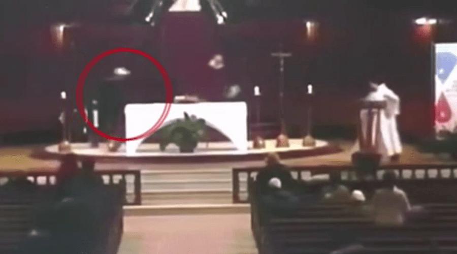 بالفيديو.. لحظة طعن قس داخل كنيسة في كندا