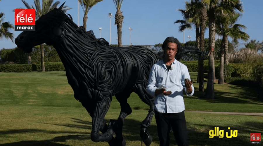 من والو : فنان مغربي قدر من والو يصنع مجسمات كبيرة بفضل تدوير النفايات