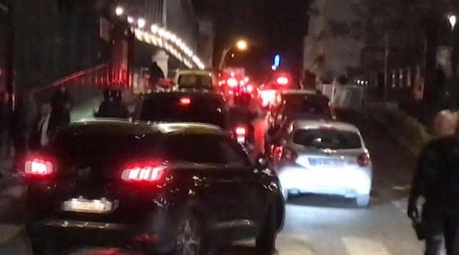 هروب ماكرون وزوجته من مسرح بباريس بعد اقتحامه من طرف متظاهرين
