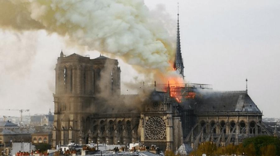 حريق هائل يلتهم كاتدرائية نوتردام في باريس وماكرون يؤجل خطابه بسبب الحادث