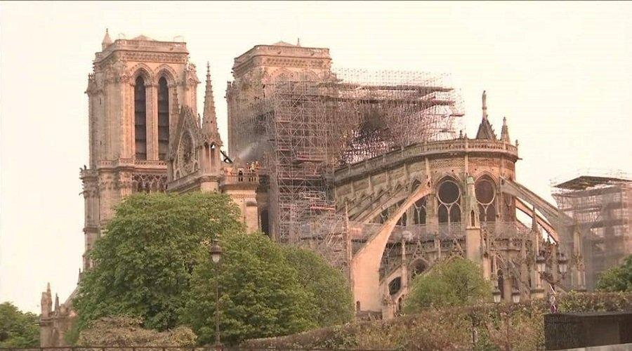 بالصور.. جهاز الإطفاء الفرنسي يعلن إخماد حريق كاتدرائية نوتردام