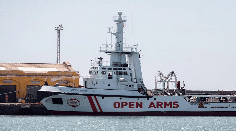 السماح لـ27 قاصرا بمغادرة سفينة «أوبن آرمز» العالقة في السواحل الإيطالية