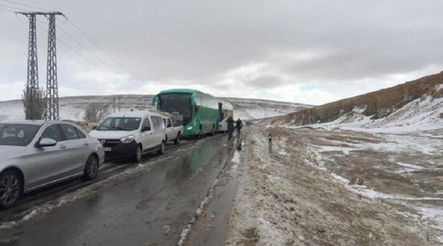 الثلوج تتسبب في قطع الطرق وتحاصر المسافرين بميدلت
