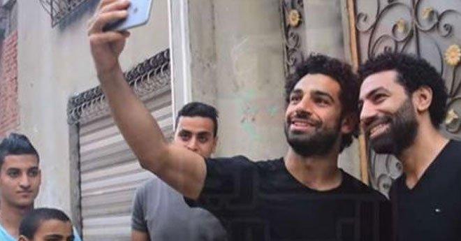 """محمد صلاح يلتقي """"شبيهه"""".. لن تصدق الشبه بينهما"""