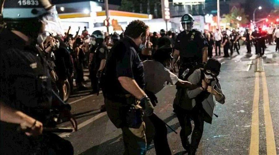 قتيل وعشرات المعتقلين خلال اشتباكات بين الشرطة الأمريكية ومحتجين