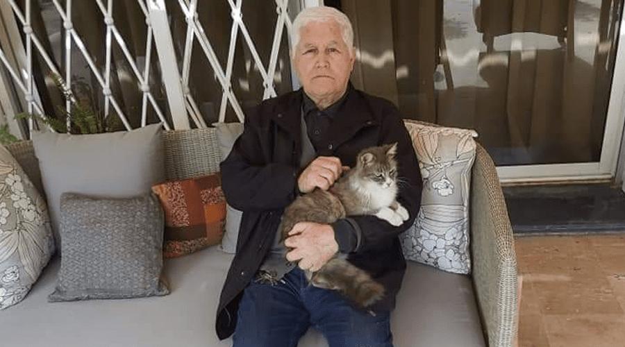 عبد الله العروي يرد على إشاعة وفاته بصورة مع قطته