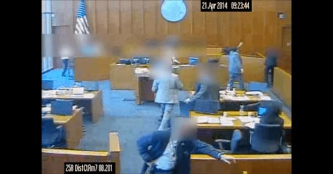 بالفيديو.. إطلاق النار على متهم حاول قتل الشاهد في قاعة المحكمة