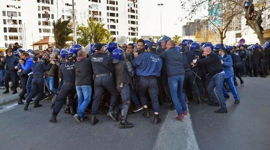 السلطات الجزائرية تعتقل عشرات المتظاهرين الرافضين لترشّح بوتفليقة