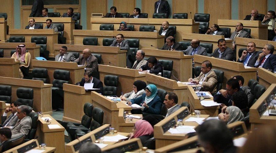 برلمان عربي يطالب بتجنب التقبيل منعا لانتشار كورونا