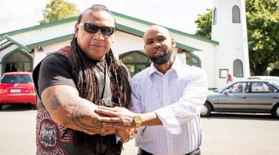 عصابة تحرس مسجدا في نيوزيلندا ورئيس جمعية المسلمين يدعوهم لصلاة الجمعة