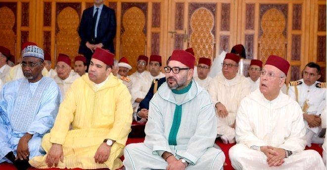 """الملك محمد السادس يؤدي صلاة الجمعة بمسجد """"فلسطين"""" بالبيضاء"""