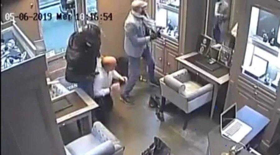 """بالفيديو.. سطو مُسلح على محل مجوهرات في """"عز النهار"""" بباريس"""