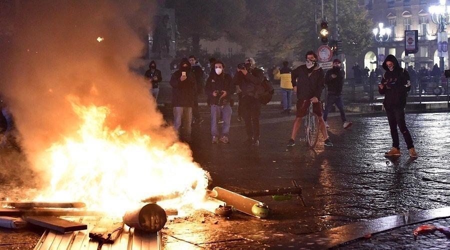 مظاهرات عنيفة في إيطاليا احتجاجا على قيود كورونا