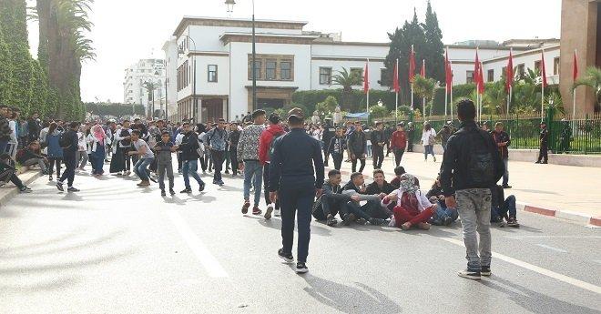 التلاميذ يحتجون على الساعة المدرسية أمام البرلمان