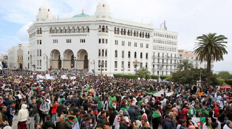 السلطات الجزائرية توقف وسائل النقل وآلاف المتظاهرين يطالبون باستقالة بوتفليقة