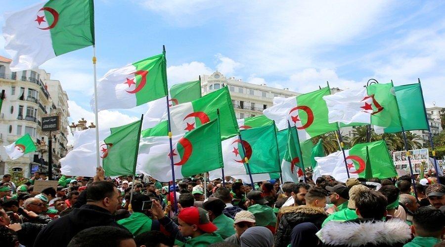 الجزائريون يتظاهرون للجمعة التاسعة والرئاسة تدعو الأحزاب للحوار