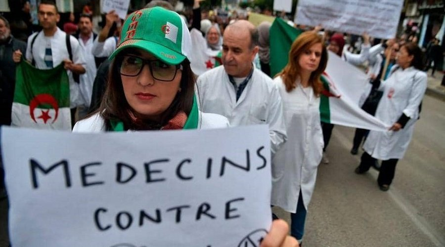 الجزائر.. آلاف الطلاب وعمال الصحة يطالبون بوتفليقة بالرحيل