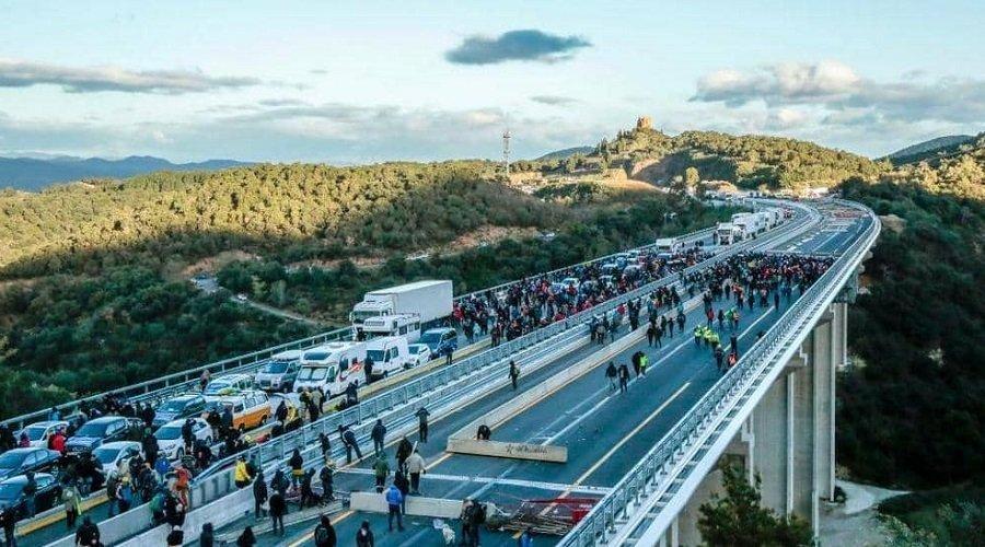 انفصاليون يغلقون طريقا مع فرنسا والشرطة تعتقل 16 شخصا
