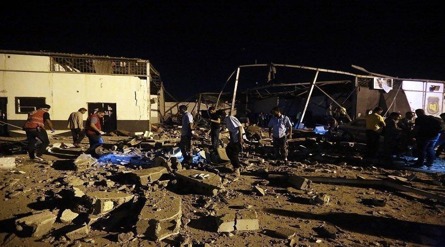 مقتل 40 شخصا في غارة استهدفت مركزا لاحتجاز المهاجرين بليبيا