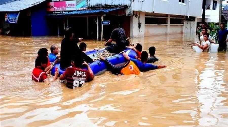 77 قتيلا وعشرات المفقودين في فيضانات غزيرة بإندونيسيا