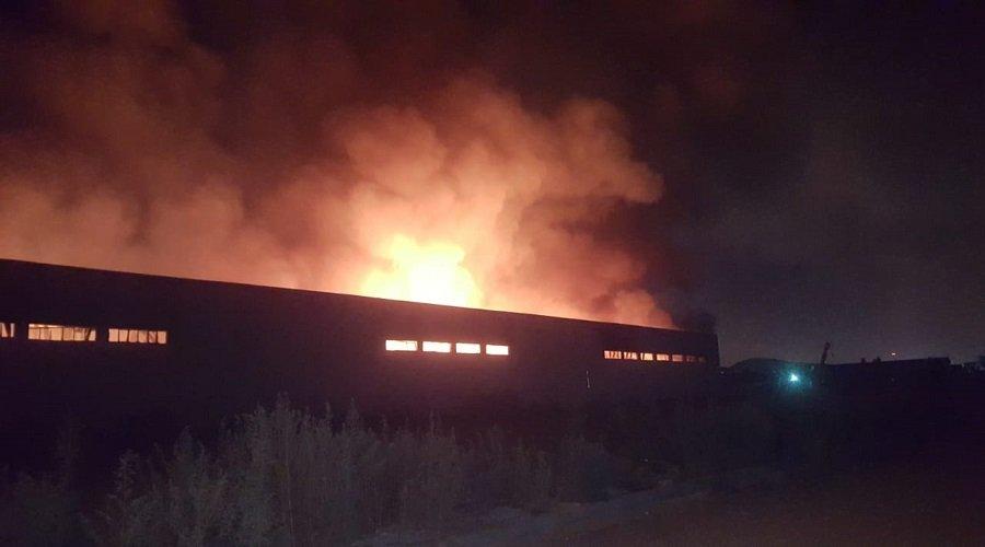 حريق ضخم وانفجارات داخل مصنع بالبيضاء