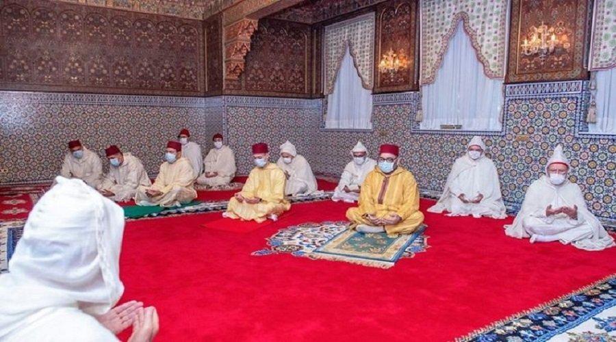 الملك يؤدي صلاة العيد دون خطبة في احترام للحجر الصحي