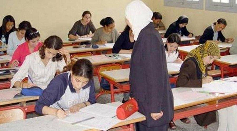 عاملة نظافة تعوض أستاذة في حراسة امتحان