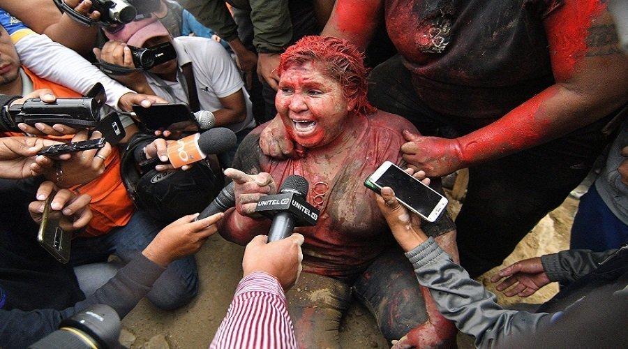 بالفيديو.. متظاهرون يحلقون شعر عمدة ويجبرونها على المشي حافية