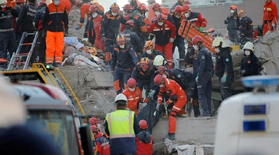 إنقاذ سبعيني ظل 33 ساعة تحت أنقاض زلزال إزمير بتركيا